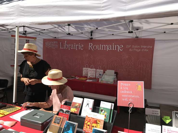 Librăria de carte românească (în traducere franceză) organizată la Festivalul de la Fuveau, benevoli locali s-au ocupat de vînzare