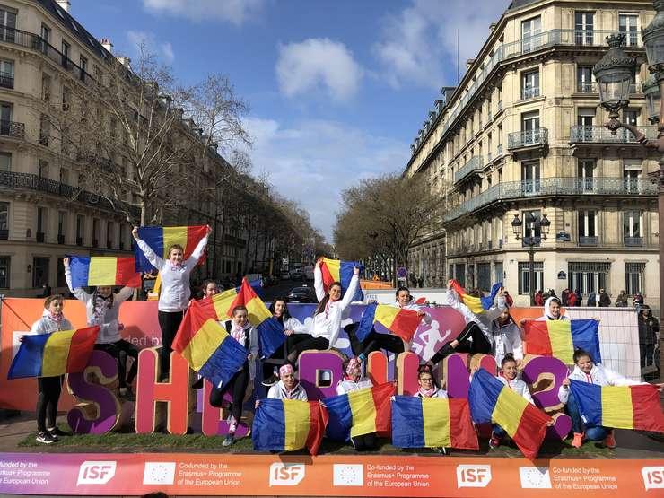 """Grupul de liceene de la Colegiul """"Mihail Cantacuzino"""" din Sinaia participà la Paris la evenimentul She Runs"""