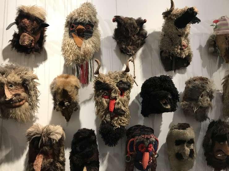 Măşti de la Muzeul Țăranului Român din Bucureşti expuse la Muzeul vînătorii şi al naturii de la Paris