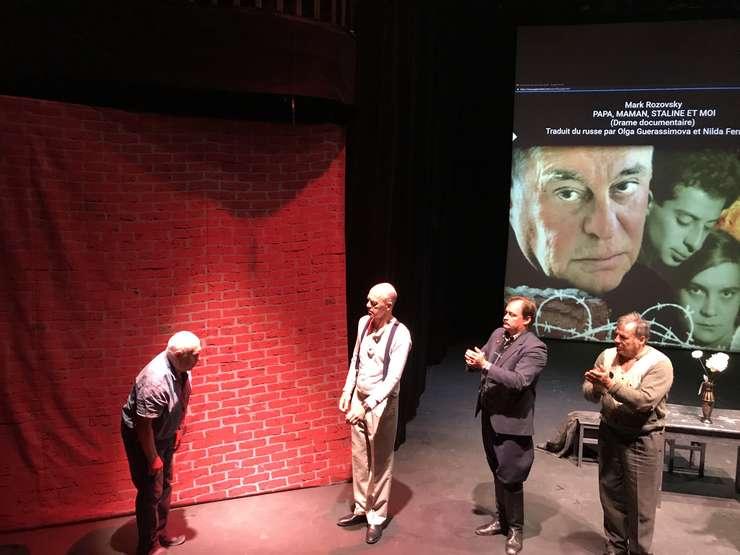 Mark Rozovsky, autorul piesei, pe scenă la sfîrşitul spectacolului