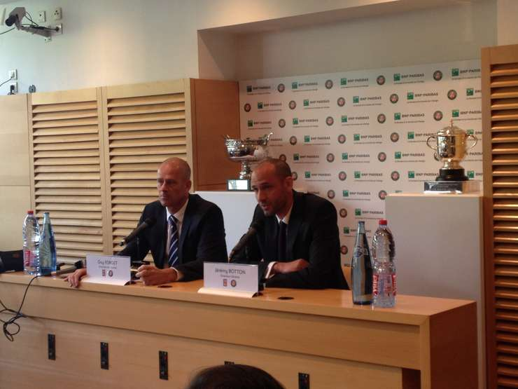Guy Forget, ex-campion de tenis, actual director al turneului de la Roland-Garros si Jérémy Botton, director general al FFT, la conferinta de presà din 3 mai 2016