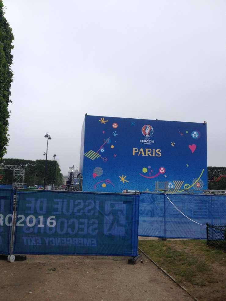 Champs-de-Mars, uriasul spatiu verde din spatele Turnului Eiffel, se pregàteste sà-i gàzduiascà pe suporterii de fotbal care nu au intrat pe stadioane