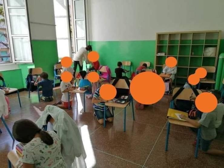 La o școală din Genova elevii scriu în genunchi