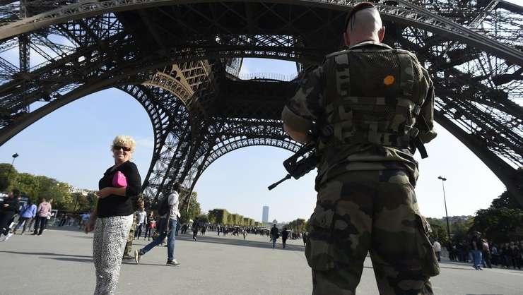 In cadrul planului Vigipirate, militari patruleaza sub Turnul Eiffel din Paris