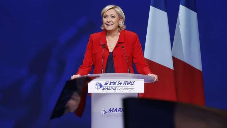 În întâlnirile electorale Marine Le Pen s-a delimitat de drapelul Uniunii Europene