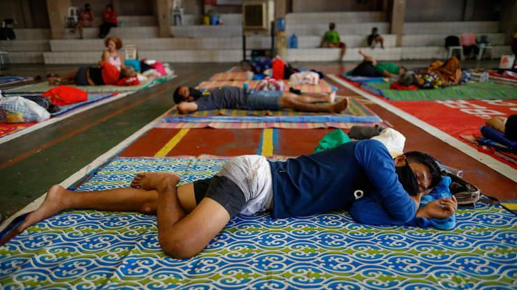 În plina pandemie de coronavirus, o scoala catolica a fost transformata în refugiu pentru cei care nu au un acoperis, Manila, 31 martie 2020.