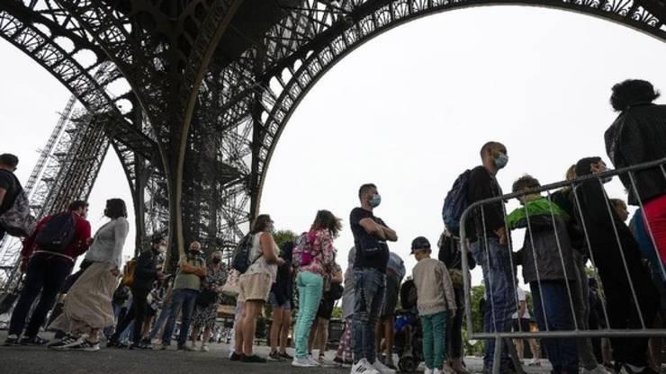 În Tour Eiffel se poate intra doar în baza unui pasaport sanitar.