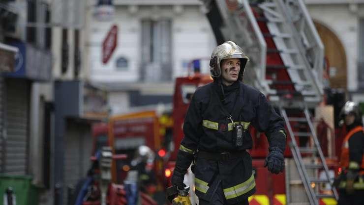 Pompier la locul incendiului din nordul Parisului (Foto: AFP/Kenzo Tribouillard)
