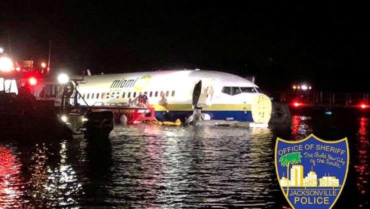 Avionul Boeing 737, care a aterizat într-un râu din Florida (Foto: Jacksonville Sheriff's Office via Reuters)