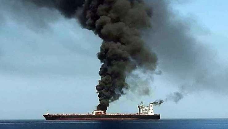 Petrolier în flăcări, în Golful Oman (Foto: AFP)