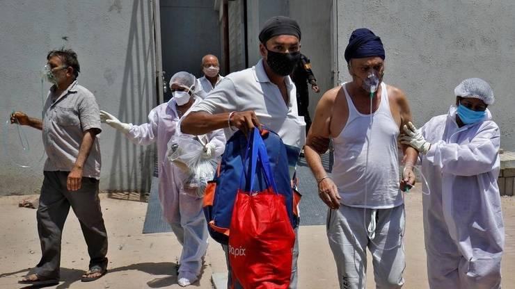 Transfer de pacienti în plinà pandemie de Covid-19 într-un spital din Ahmedabad, vestul Indiei.