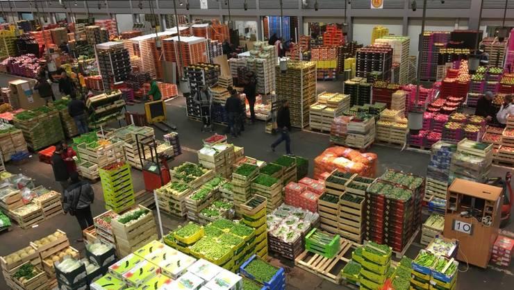 Interiorul unui pavilion de fructe si legume a pietei din Rungis, în apropiere de Paris, Franta