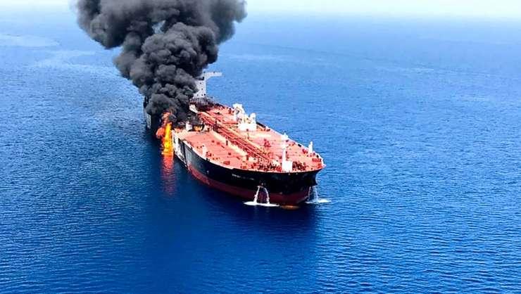 """Petrolierul """"Front Altair"""", de 111 000 tonnes, incendiat."""