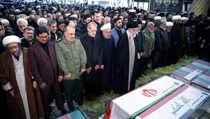 Ghidul suprem iranian, aiatolahul Ali Khamenei, si presedintele iranian Hassan Rohani se roagà în fata cosciugului generalului Qassem Soleimani, ucis în 3 ianuarie 2020 de un bombardament american din Irak