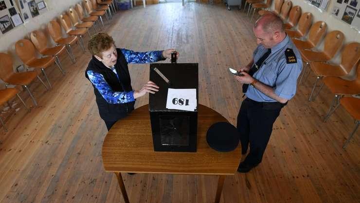 Pregàtirea unui birou de vot în Irlanda, 24 mai 2018