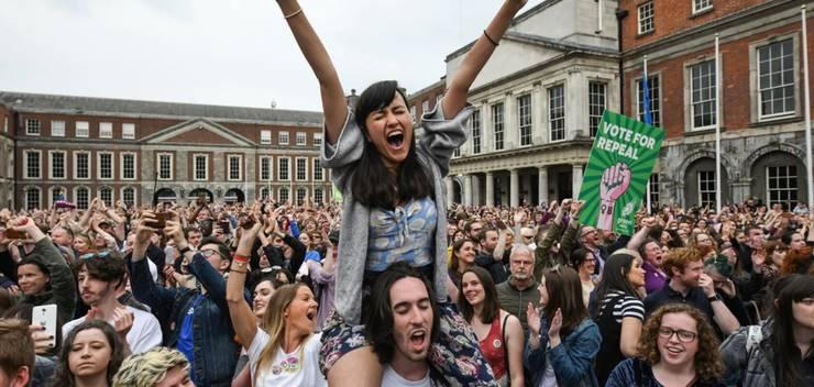 26 mai 2018 la Dublin, în Irlande. Manifestanti serbeazà la castelul din Dublin rezultatul referendumului în favoarea anulàrii interdictiei de a avorta.