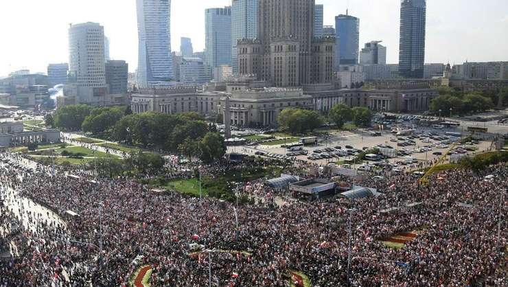 Locuitorii Varsoviei pàstreazà un moment de reculegere la întâi august 2018, 74 de ani de la insurectia capitalei poloneze