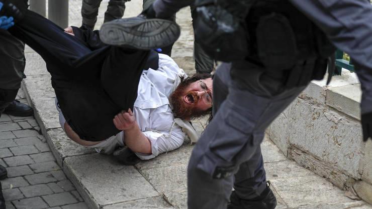 Conflict într-un cartier ultra-ortodox cu forţele de ordine care vor să impună măsurile de protecţie împotriva epidemiei.