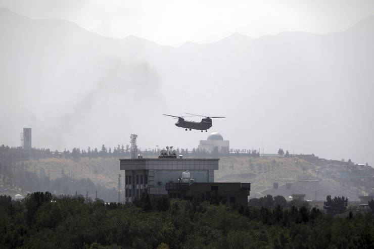 Elicopter american, deasupra ambasadei SUA din Kabul (Sursa: AP Photo/Rahmat Gul)