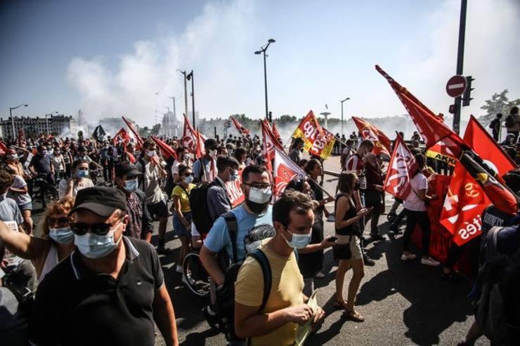 La Lyon, aproximativ 2.000 de manifestanti au cerut oprirea disponibilizarilor si salarii mai bune, 17 septembrie 2020.