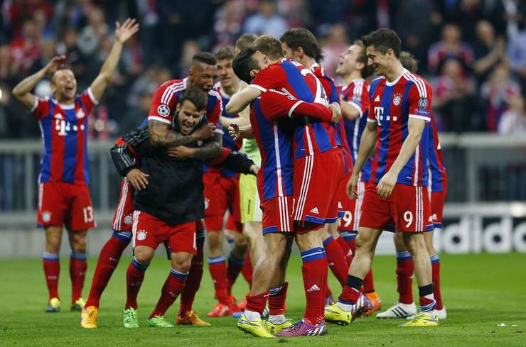 Jucătorii echipei Bayern Munchen sărbătoresc calificarea în semifinalele Ligii Campionilor (Foto: Reuters/Michael Dalder)