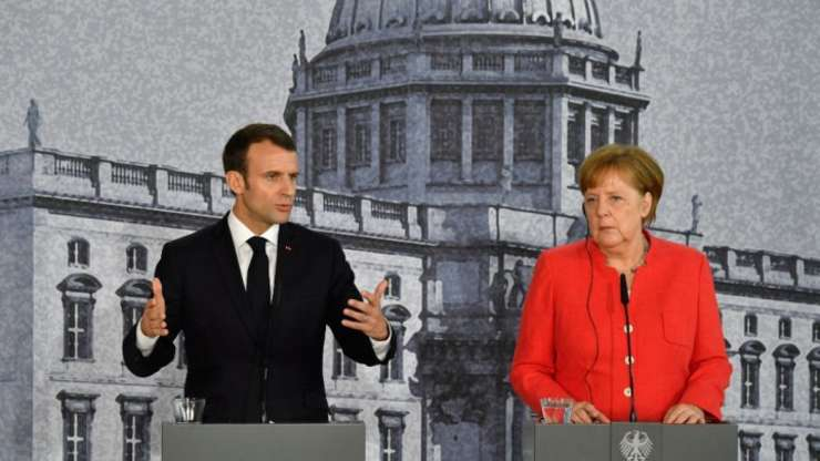 Preşedintele Emmanuel Macron în cursul unei vizite la Berlin, pledînd în faţa cancelarei Angela Merkel favoarea Europei.