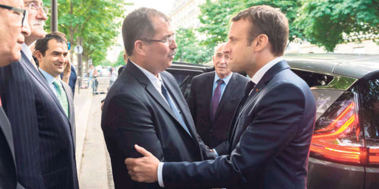 Anouar Kbibech, presedintele Consiliului francez al cultului musulman, îl întâmpinà pe Emmanuel Macron, iulie 2017