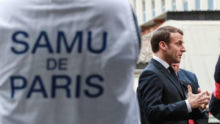Preşedintele francez Emmanuel Macron vizitînd un spital parizian pe 10 martie 2020.