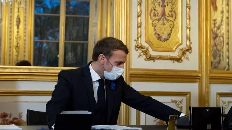 Presedintele Frantei, Emmanuel Macron, la Palatul Elysée, 10 noiembrie 2020, în cursul conversatiei telefonice cu Joe Biden, presedintele-ales al SUA.