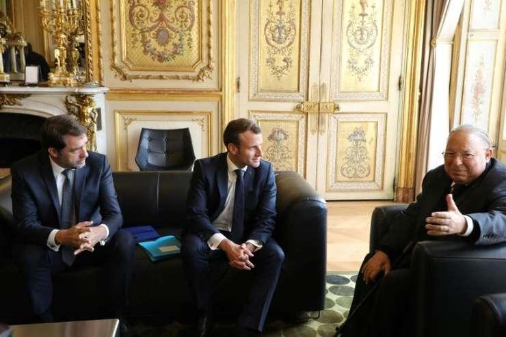 Presedintele Frantrei Emmanuel Macron (centru), ministrul francez de interne Christophe Castaner (stânga) si Dalil Boubakeur, rectorul moscheii din Paris (dreapta), pe 28 octombrie 2019 la palatul Elysée.