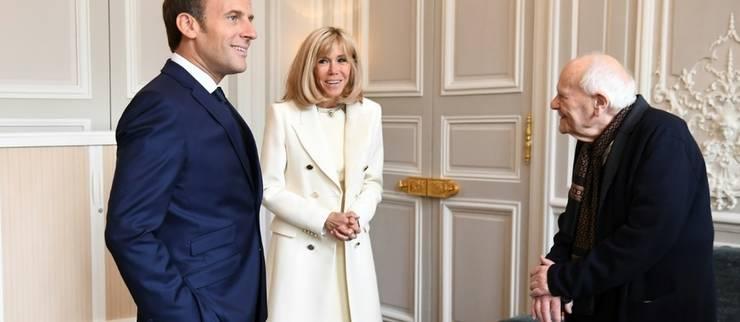 Presedintele Frantei, Emmanuel Macron, împreunà cu sotia sa Brigitte, îl întâmpinà pe medicul Christian Chenay, 99 de ani, la Palatul Elysée, 1 mai 2020