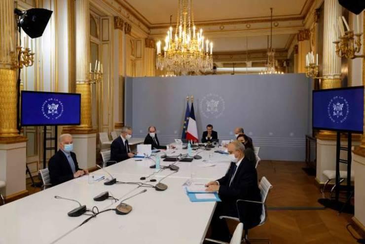 Presedintele Frantei, Emmanuel Macron, la Palatul Elysée, 17 noiembrie 2020, înconjurat, printre altii, de premierul Jean Castex si de Roxana Màràcineanu, ministra francezà a Sporturilor.