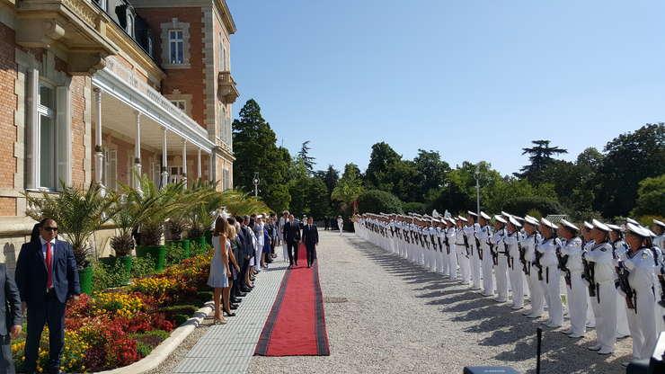 Emmanuel Macron, presedintele Frantei, primit cu onoruri la Varna de omologul sàu bulgar Rumen Radev, 25 august 2017