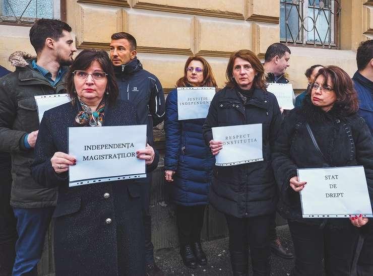 Magistraţii din intreaga tara isi continua protestele