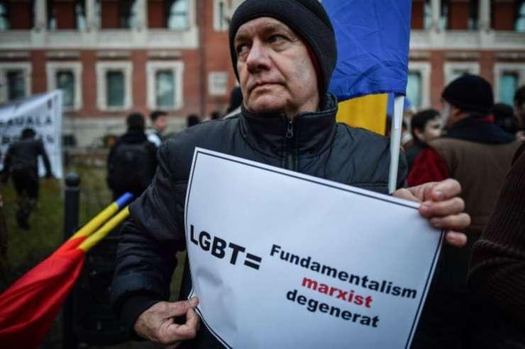 """Fotografie de la o manifestatie homofobà de la Bucuresti din februarie 2018, folosità de """"France Inter"""" pentru ilustrarea articolului privind referendumul din România"""