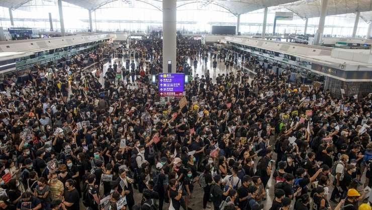 Manifestanti în hala aeroportului din Hong Kong, 12 august 2019.