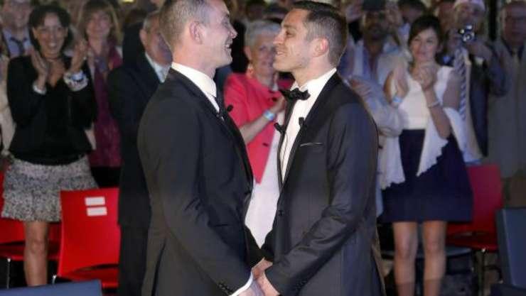 Bruno Boileau si Vincent Autin, pe 29 mai 2013 la primària din Montpellier. Este primul cuplu gay care s-a càsàtorit legal în Franta.