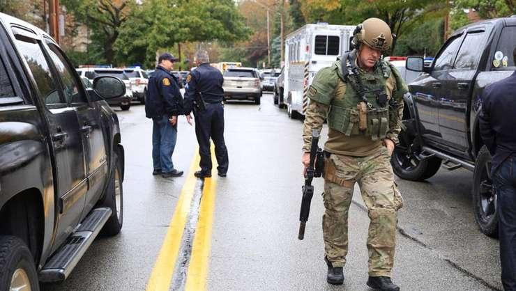 Forţe de ordine, la locul atacului din 27 octombrie 2018, de la o sinagogă din Pittsburgh (Foto: Reuters/John Altdorfer)
