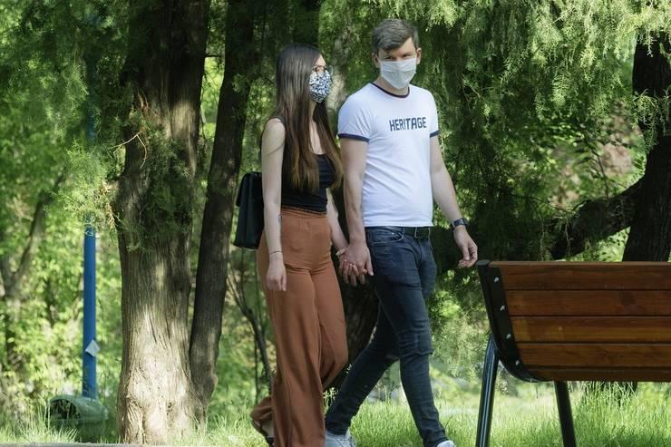 Masca devine obligatorie în spațiile deschise, în unele județe (Sursa foto: pixabay)