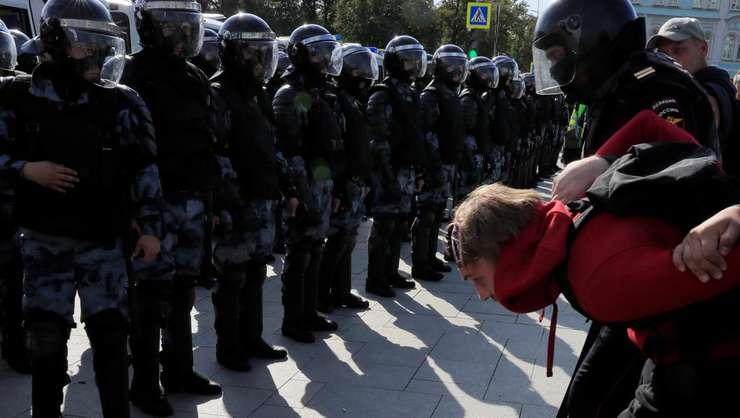 Membri ai fortelor de ordine opresc un participant la manifestatia din Moscova, 3 august 2019.