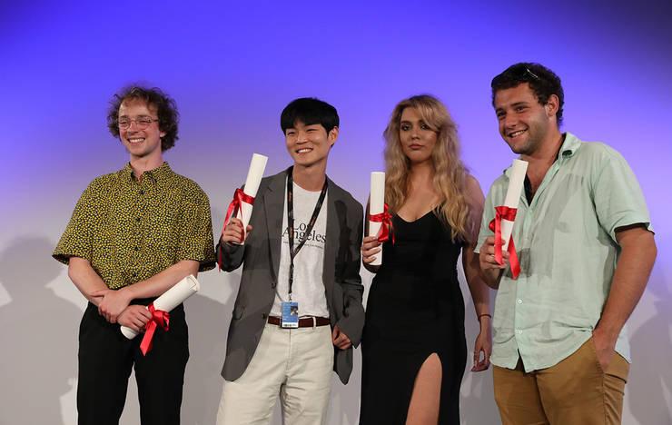 Carina-Gabriela Dasoveanu (singura fatà din imagine), studentà la UNATC, a primit premiul 3 ex-aequo la sectiunea Cinéfondation.