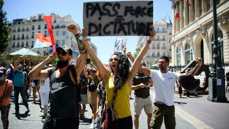 Mii de persoane au protestat în centrul Parisului împotriva pasaportului sanitar, la Palais Royal, în fata Consiliului Constitutional, 17 iulie 2021.