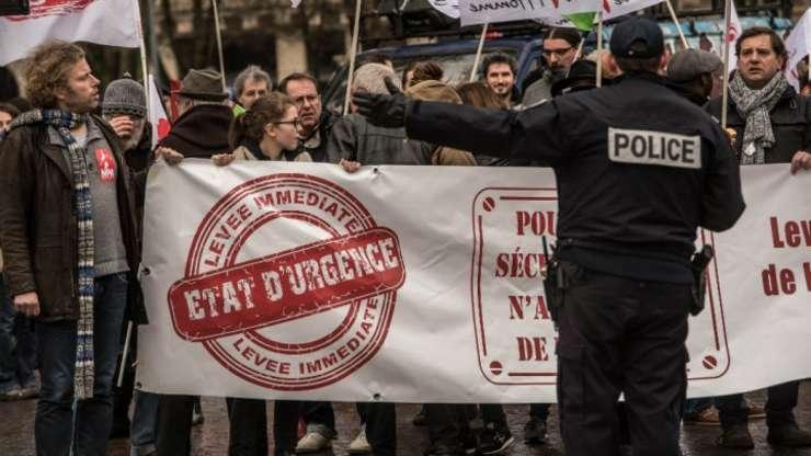 Mii de persoane au protestat în Franta, în ianuarie 2016, pentru a cere sfârsitul starii de urgenta. Amnesty International reproseaza Frantei ca a inscris in dreptul comun dispozitii din regimul de exceptie.