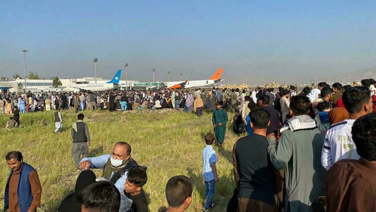 Mii de persoane incearca sa plece din Afganistan pe cale aeriana de pe aeroportul din Kabul.