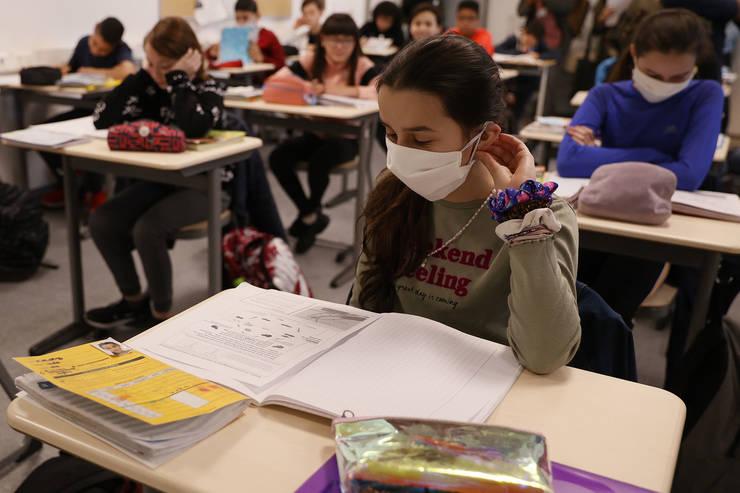 Milioane de elevi din Europa revin în clase.