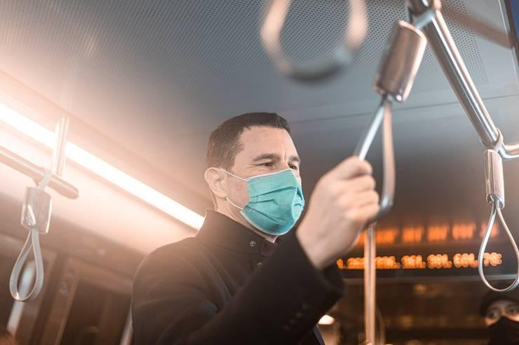 Tanczos Barna, la metrou, pe drum spre Ministerul Mediului, în Vinerea Verde (Sursa foto: Facebook/Ministerul Mediului)
