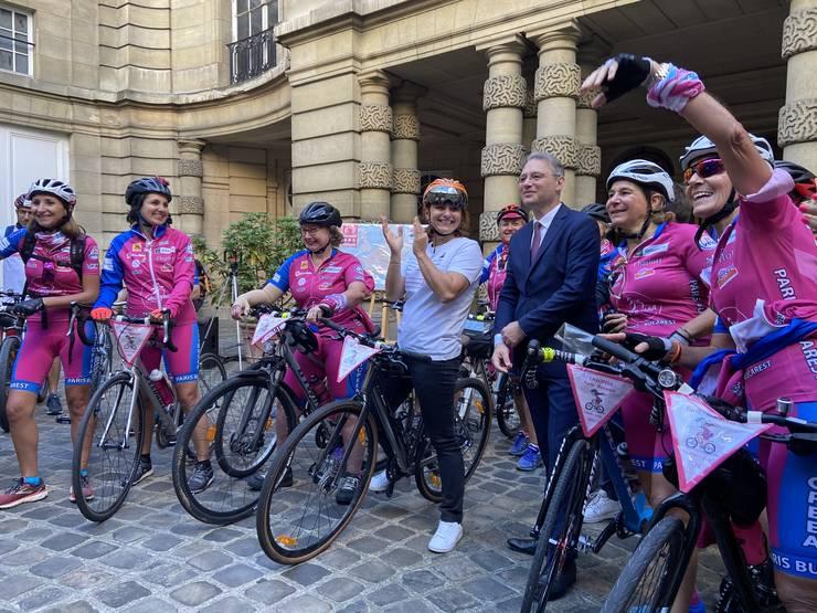 Ministrul Sporturilor din Franta, Roxana Maracineanu,Ambasadorul României la Paris, Luca Niculescu si doamnele de la Casiopeea sunt la Ambasada României pentru a da startul cursei de 4.000 de km spre România.