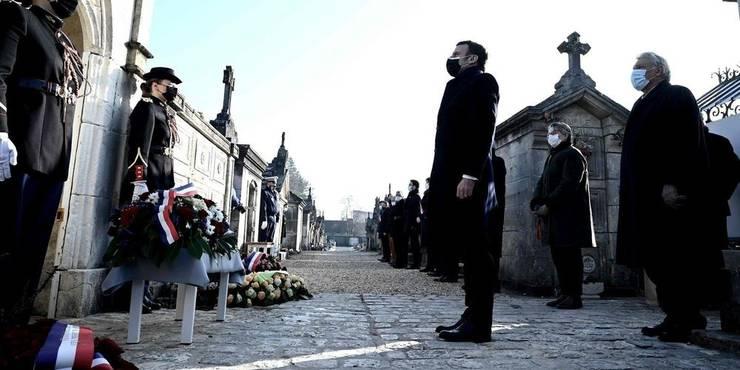 Presedintele Frantei, Emmanuel Macron, în dreptul mormântului lui François Mitterrand, 8 ianuarie 2021, Jarnac.