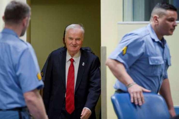 Ratko Mladici (aici intrând în sala TPI de la Haga), fostul sef militar al sârbilor din Bosnia, a fost gàsit vinovat de genocid, crime de ràzboi si crime contra umanitàtii si a fost condamnat la închisoare pe viatà pe 22 noiembrie 2017