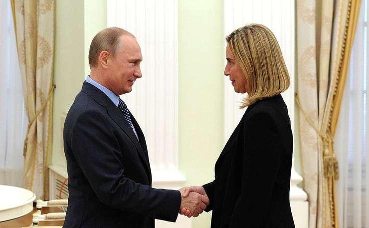Președintele rus Vladimir Putin și Înaltul reprezentant al Uniunii Europene pentru Politică Externă, Federica Mogherini